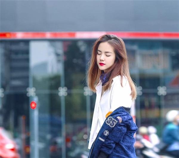 Không chỉ sở hữu gương mặt xinh như hot girl, gu thời trang của cô gái sinh năm 1990 cũng được đánh giá cao.