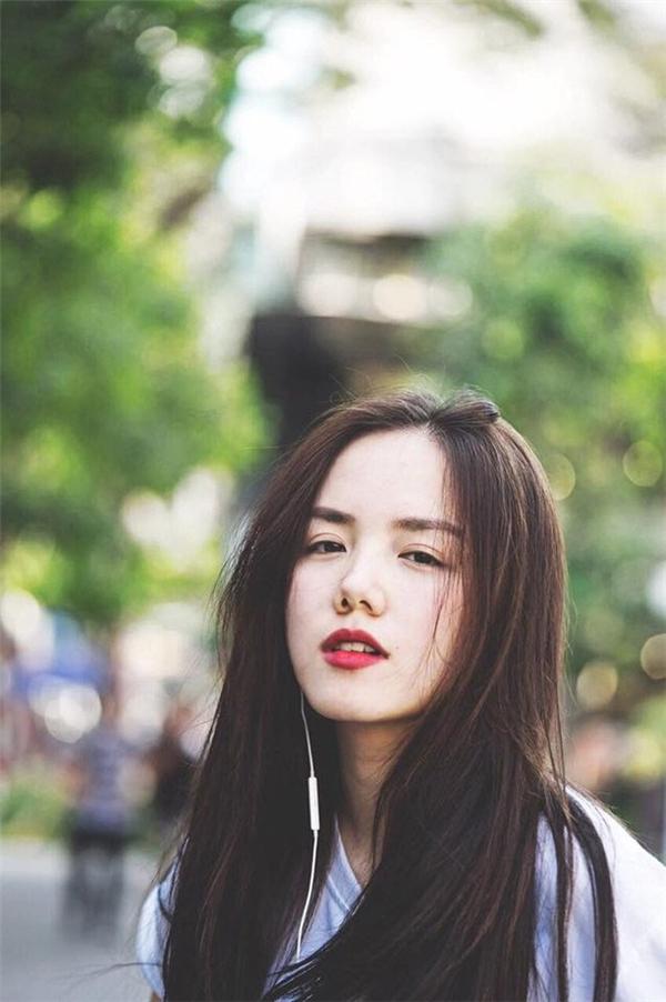 Cô nàng ăn mặc trẻ trung, hiện đại. Đặc biệt, gương mặt đẹp luôn biết cách biểu cảm hút hồn.