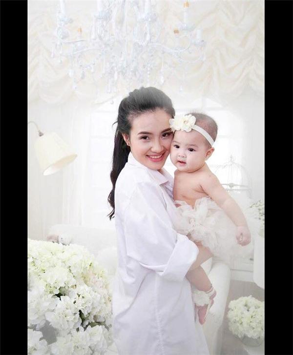Đang nhận được sự quan tâm đặc biệt của giới trẻ, tháng 7/2014, Khánh Chi bất ngờ lên xe với người chồng hơn cô nhiều tuổi.