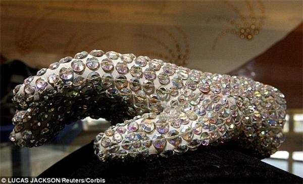 Anh chàng chơi ngông này còn có sở thích sưu tập những món đồ của Michael Jackson, trong đó có chiếc găng tay nạm pha lê nổi tiếng. Teodoro phải bỏ ra 482.000 đô (hơn 10 tỷ đồng) để sở hữu nó.