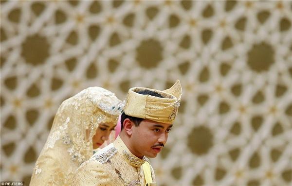 Trang phục của chú rể cũng đính đầy kim cương và đá quý.
