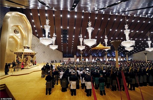 Sau buổi lễ là một bữa tiệc xa hoa tổ chức trong cung điện với sự tham gia của 5.000 thực khách, kéo dài suốt 11 ngày.
