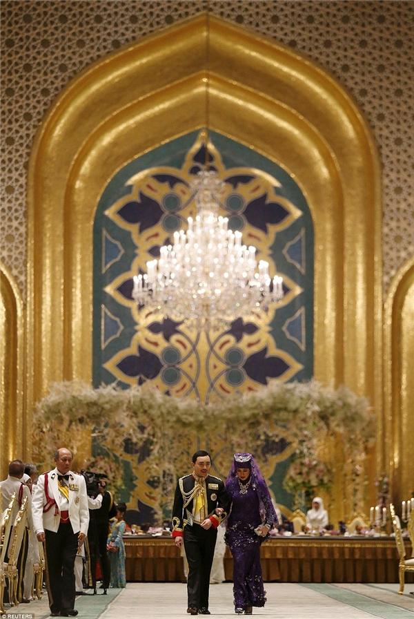 Dám cưới diễn ra tại cung điện Istana Nurul Iman, tọa lạc tại thành phố hoàng gia Bandar Seri Begawan, có 1.788 phòng, trong đó có 5 hồ bơi khổng lồ, 257 phòng tắm, và 1 gara có sức chứa 110 xe hơi.