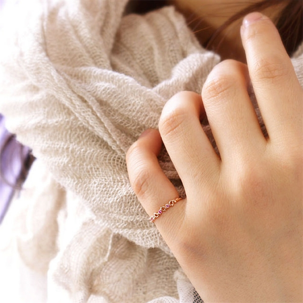 Ngón út là biểu hiện của sự tò mò vào tình yêu. (Ảnh: Internet)