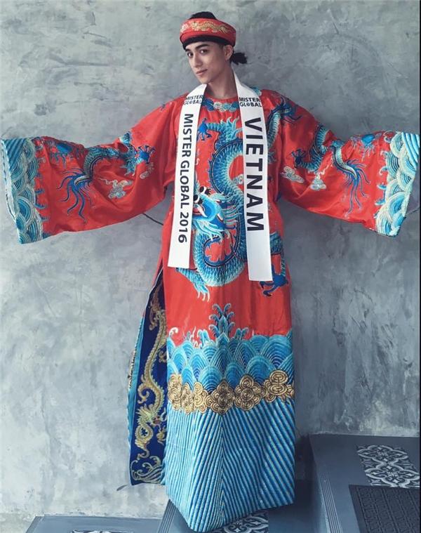 Trang phục truyền thống mà chàng trai này mang dự thi cũng tạo ra nhiều ý kiến trái chiều. Một phân tích cho rằng về màu sắc, họa tiết, hay cách cột tóc cao đều mang dấu ấn văn hóa Trung Hoa hơn là vẻ uy nghiêm của vua Việt Nam.
