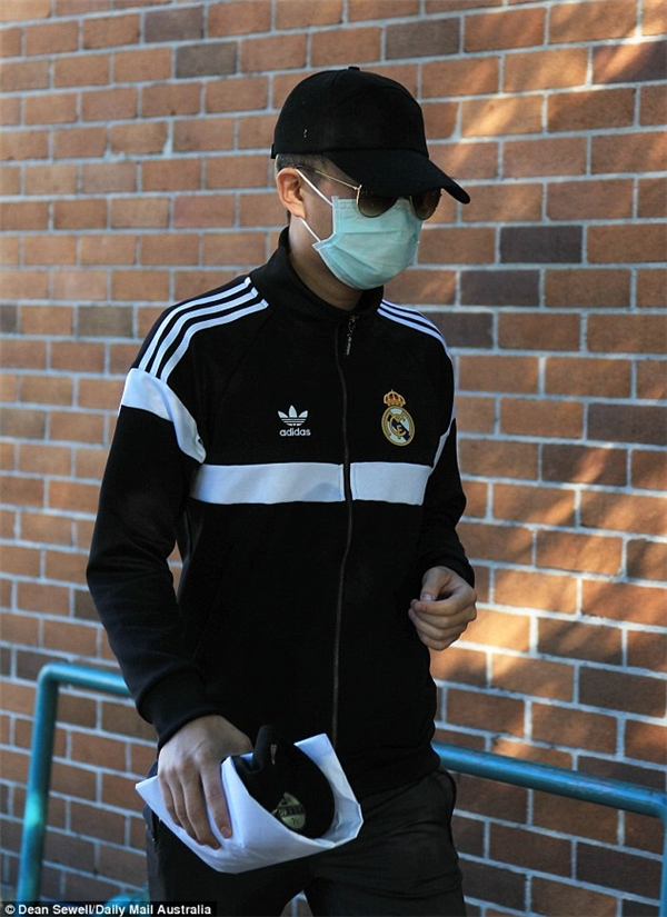 Xuất hiện bên ngoài tòa án, bạn trai Lee đeo khẩu trang tránh ống kính phóng viên.
