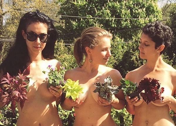 Nông dân nô nức... khỏa thân làm vườn