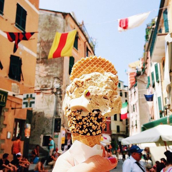 Cây gelato hồ trăn mát lành trên đường phố Ý.