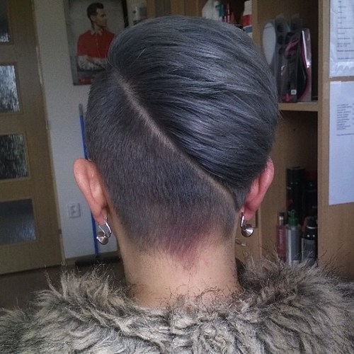 Ngoài cấu trúc đối xứng, tóc undercut còn được biến tấu với những đường chẻ lệch ngôi.