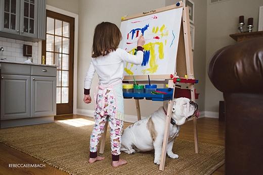 Vì ngoài trời lạnh cóng nên mọi người đành chịu cảnh bị nhốt trong nhà. Harper thì say mê làm họa sĩ trong khi Lola... lại ngủ gục tiếp. (Ảnh: Rebecca Leimbach)