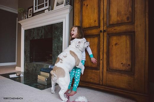"""Một trong những trò vui của Harper là """"vật lộn"""" với Lola và khi Lola đã thấy """"phát mệt"""" thì nó liền chồm lên ôm ghì lấy Harper. (Ảnh: Rebecca Leimbach)"""
