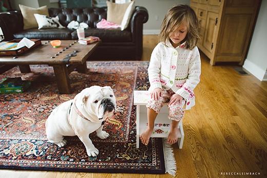 """Harper cầm Barbie đánh Lola khi nó tìm cách """"chôm"""" bữa sáng của cô bé, thế là Harper bị phạt và bắt xin lỗi còn Lola thì ngồi bên cạnh với vẻ mặt năn nỉ tha cho Harper suốt 5 phút đồng hồ. (Ảnh: Rebecca Leimbach)"""