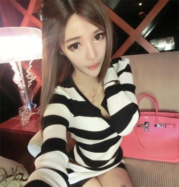 Theo Sina, việc đăng những bức ảnh xinh đẹp đã gây ra không ít phiền toái cho 9X người Trung Quốc. Wang Jiayun phải đóng các tài khoản mạng xã hội của mình do các phản ứng tiêu cực từ phía thầy cô và bạn bè. Mọi người cho rằng, hành động của cô không phù hợp với một học sinh.