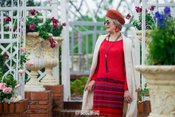 """Nếu như nhiều người cho rằng tone đỏ chỉ phù hợp với thiếu nữ, mặc định rằng người già chỉ phù hợp với đồ đạc màu trầm thì chắc họ đã hoàn toàn sai lầm. Cụ bà gần trăm tuổi này vẫn không """"ngán"""" gì tuổi tác, tậu luôn cho mình bộ váy, hoa tai và chiếc mũ đỏ rực, màu son cũng đỏ tươi luôn nhé."""
