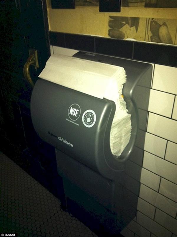 Người ta là máy hong khô tay chứ không phải kệ để khăn giấy đâu mà! (Ảnh: Internet)
