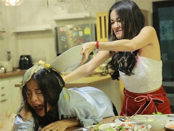 Phần lớn thời lượng phim, hai diễn viên nữ giải quyết xung đột bằng màn đánh lộn. Nữ chính Katun mất điểm khi đánh kẻ thù ngay trong ngày ra mắt nhà bạn trai. Ảnh: GMM.