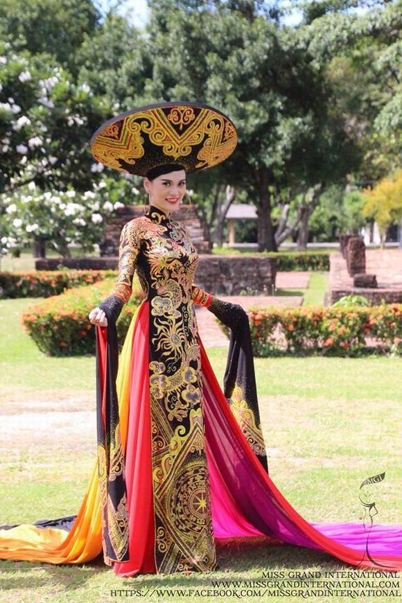 Năm 2014, Cao Thùy Linh tham dự Hoa hậu Hòa bình Quốc tế và đạt giải Trang phục dân tộc đẹp nhất.