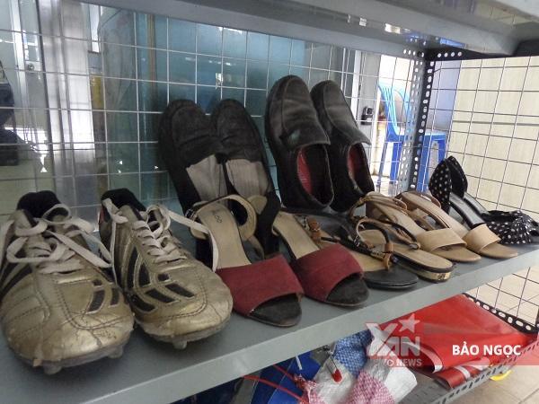Chỉ2.000 đồng đã đủ để chọn mua quần áo, giày dép tại gian hàng đặc biệt.