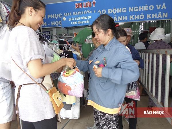 """Nhiều người lao động gọi vui: """"đây là cửa hàng đồ si trẻ nhất Sài Gòn"""""""