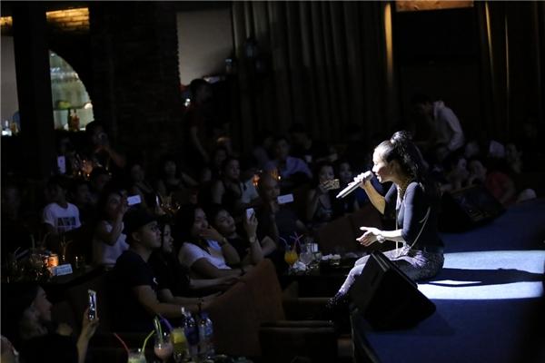 """Thu Minh khiến khán giả bật cười khi thừa nhận mình là người """"mù"""" công nghệ cũng như Facebook. Khi biết được có rất nhiều khán giả hâm mộ mình trên mạng xã hội, cô đã phát trực tuyến và hát tặng cho mọi người. - Tin sao Viet - Tin tuc sao Viet - Scandal sao Viet - Tin tuc cua Sao - Tin cua Sao"""