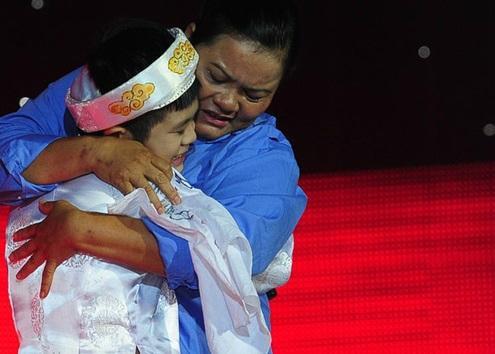 Khi Quang Anh đăng quang ngôi vị cao nhất của Giọng hát Việt nhí, gia đình vô cùng tự hào về cậu bé. Nhưng đi cùng với niềm vui ấy là những nỗi lo toan cho ngày tháng sắp tới. - Tin sao Viet - Tin tuc sao Viet - Scandal sao Viet - Tin tuc cua Sao - Tin cua Sao