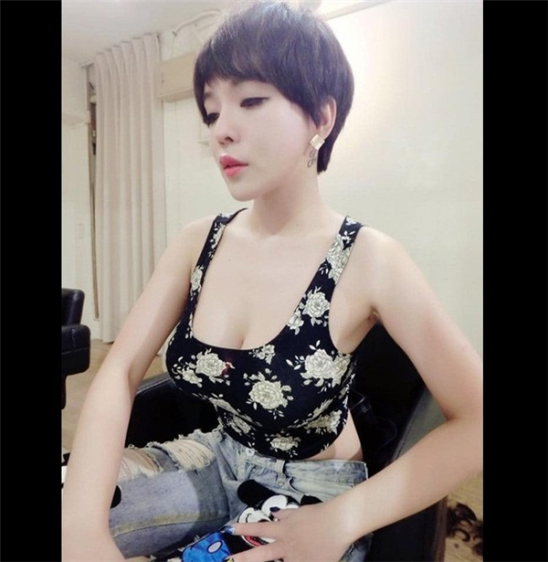 Được biết, cô nàng đang bán trà sữa tại Sỹ Lâm, Đài Loan. Nhờ vẻ gợi cảm của cô chủ mà cửa hàng trà sữa rất đông khách.