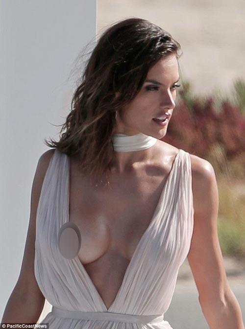 """hay Alessandra Ambrosio cũng từng gặp phải sự cố lộ """"núi đôi"""""""