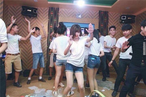 """Phòng karaoke cũng trở thành điểm chụp hình kỉ yếu của các bạn trẻ. Nhiều người cho rằng việc """"ăn chơi nhảy múa"""" như thế này không hề phù hợp với việc chụp ảnh kỉ niệm cho học sinh hết cấp. (Ảnh: Internet)"""