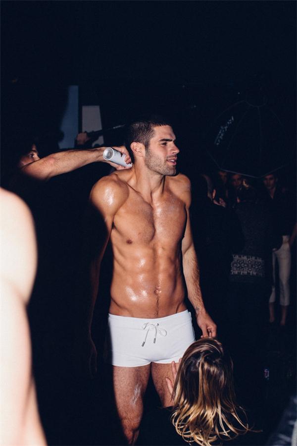 Cơ thể người mẫu nam luôn được phủ dầu bóng để các phần cơ trở nên đẹp, quyến rũ hơn. Đặc biệt khi trình diễn đồ bơi, đồ lót.