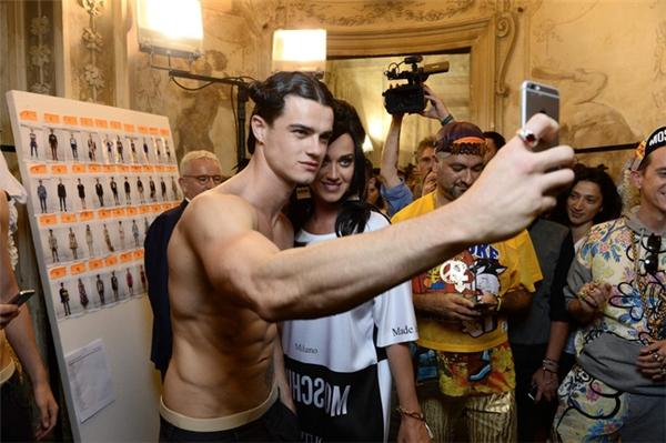 Nào thì cùng selfie, hoạt động có lẽ được yêu thích nhất trong hậu trường. Họ luôn muốn lưu giữ những khoảnh khắc đẹp nhất trong quá trình làm việc của mình.