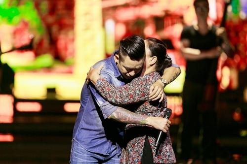 Khoảnh khắc xúc động của Tuấn Hưng và mẹ trên sân khấu. - Tin sao Viet - Tin tuc sao Viet - Scandal sao Viet - Tin tuc cua Sao - Tin cua Sao