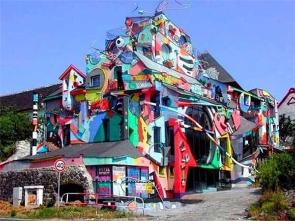 Ngôi nhà đầy màu sắc và không theo một trật tự nào.