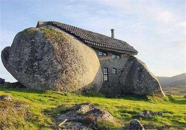 Ngôi nhà được đục khoét từ một tảng đá.