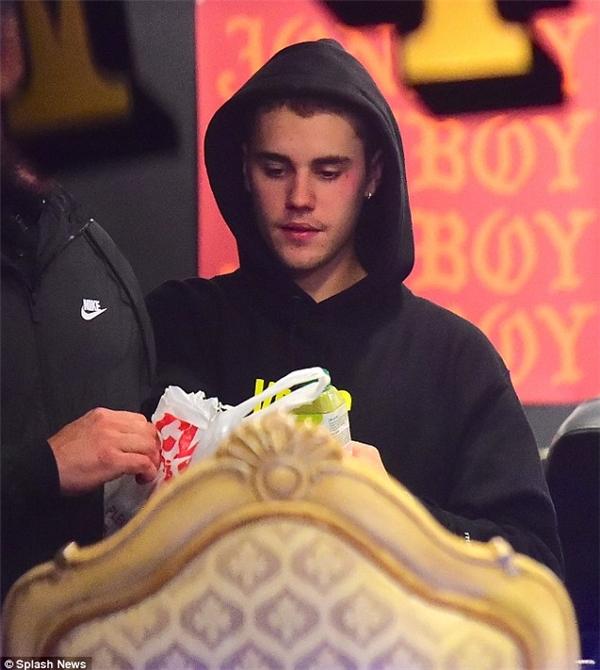 Justin Bieber được bắt gặp tiến đến tiệm xăm mình