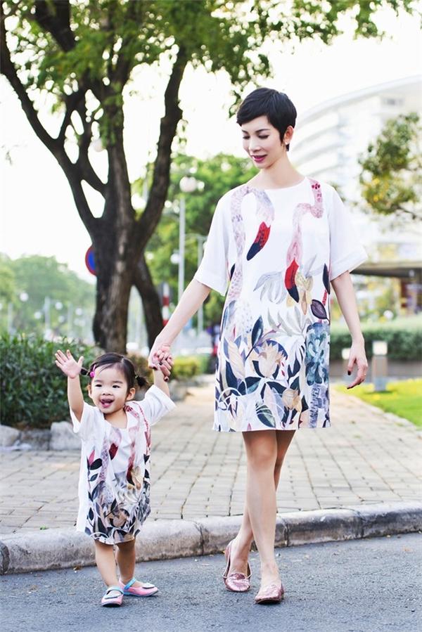 Giám khảo Vietnam's next top model đang tận hưởng những ngày tháng hạnh phúc bên cạnh con gái xinh xắn, ngoan ngoãn. - Tin sao Viet - Tin tuc sao Viet - Scandal sao Viet - Tin tuc cua Sao - Tin cua Sao