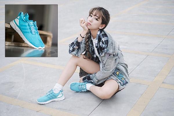 Gần đây, trong những set trang phục đường phố của Min, không khó để nhận ra một người bạn đồng hành mới. Với sắc xanh dịu nhẹ, đôi giày thể thao này mang đến vẻ ngoài trẻ trung, năng động cho cô nàng.