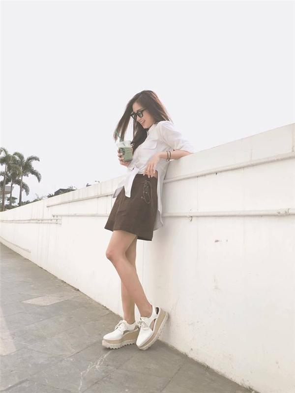 Đôi giày đang được Sa Lim ưa chuộng lại có giá không hề rẻ: khoảng 13 đến 20 triệu đồng. Đây là kiểu giày thuộc dòng Oxford có tên Stella McCartney White Elyse.