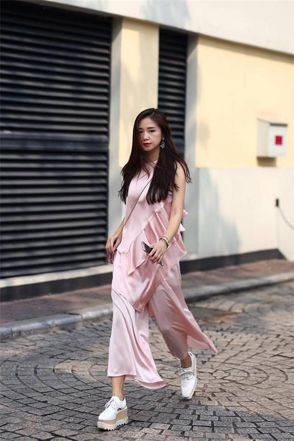 Đặc biệt với những trang phục có tông màu, chất liệu nhẹ nhàng thì đôi giày này lại trông mềm mại, hòa hợp hơn.