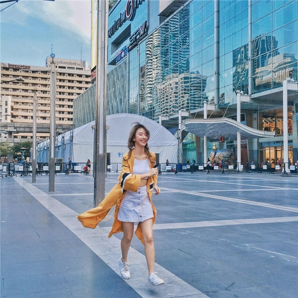 Từ khi định hình theo style preppy, những đôi giày thể thao đã bắt đầu theo chân Quỳnh Anh Shyn trên khắp nẻo đường. Đôi giày thân thuộc của cô mang tên Nike Air Force 1.