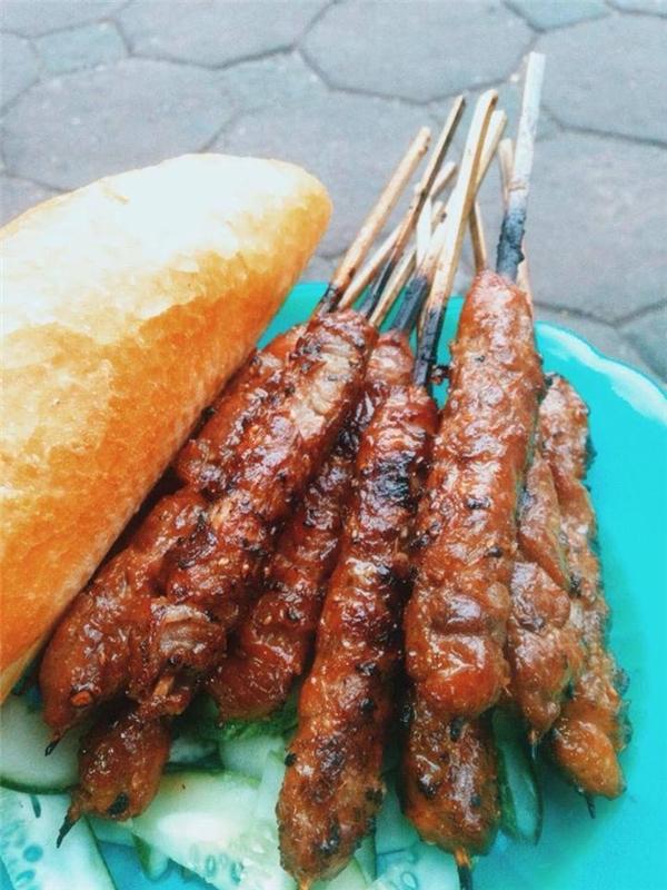"""Thịt xiên nướng cực """"chất"""" có giá 10.000 đồng/xiên. (Ảnh: Internet)"""