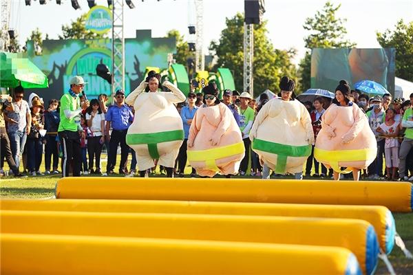 """Soobin lột áo, Sơn Tùng """"quẩy"""" mướt mồ hôi cùng 20.000 sinh viên"""