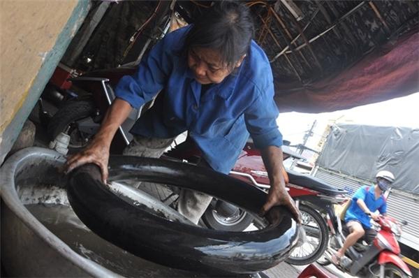 Nhiều người có quan niệm rằng, sửa xe là công việc của đàn ông, nhưng tại Sài Gòn, không ít phụ nữ chọn cho mình cái nghề mưu sinh vất vả này. Ảnh: Internet