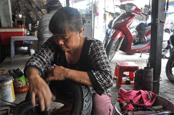 Trên đường Âu Cơ (quận Tân Bình), hơn 30 năm nay vẫn có những người phụ nữ miệt mài vá lốp xe máy, ô tô, xe tải. Không chỉ biết thay lốp, xăm xe mà họ còn sửa được máy, làm bố thắng, tăng sên, sửa xe tay ga... Ảnh: Internet