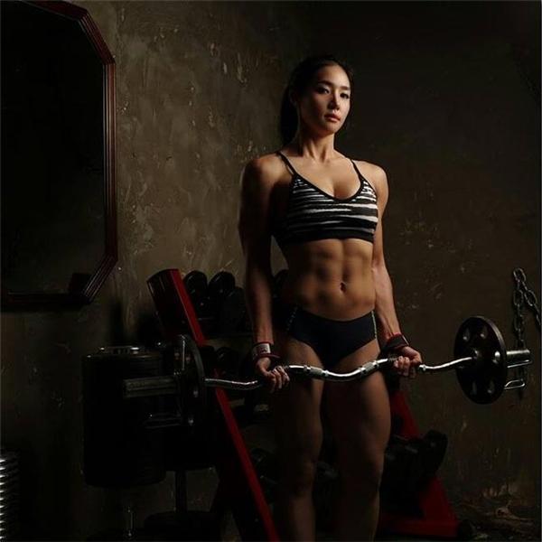 Lee Yerin cũng tập tạ để phát triển cơ bắp.