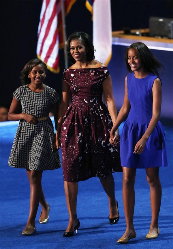 """Cũng giống như mẹ mình, 2 cô """"công chúa"""" nhà Obama được đánh giá rất cao trong lĩnh vực thời trang với phong cách vừa bình dân lại vừa toát lên được phong thái """"con gái của Tổng thống""""."""