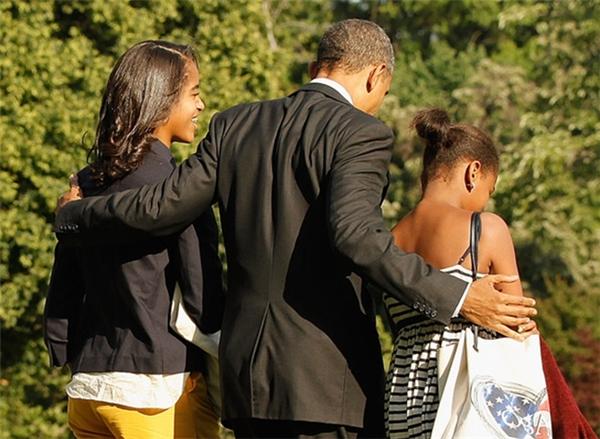 Dù bận trăm công nghìn việc, ông Obama vẫn luôn dành rất nhiều thời gian ở bên 2 cô con gái yêu.