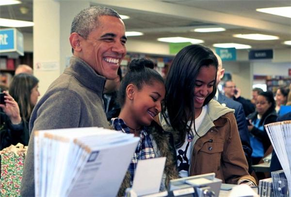 2 cô bé rất thích được bố dẫn đi mua sách vào những ngày cuối tuần.