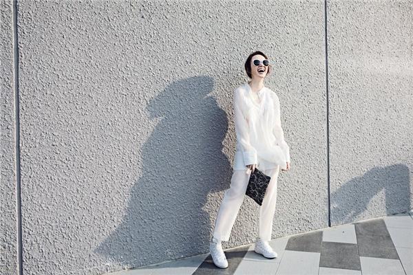 Bên cạnh sắc trắng, chất liệu lụa mỏng mà Angela Phương Trinh diện tạo cảm giác thanh thoát, nhẹ nhàng. Công thức tông xuyệt tông này cũng khá dễ dàng áp dụng.