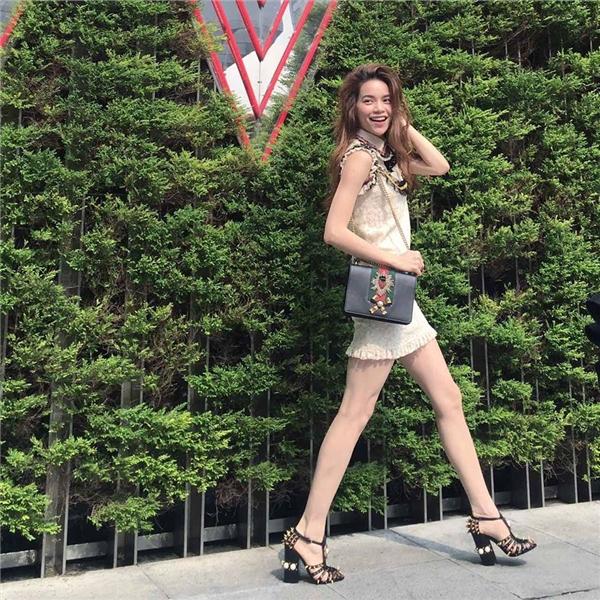 Hồ Ngọc Hà trẻ trung, tươi mới với váy ren giấu đường cong. Kết hợp cùng trang phục là loạt phụ kiện bắt mắt của nhà mốt Dolce and Gabbana.