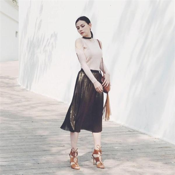 Thu Thủy hóa thân thành quý cô cổ điển với màu pastel, chi tiết xếp li cùng phụ kiện tua rua.